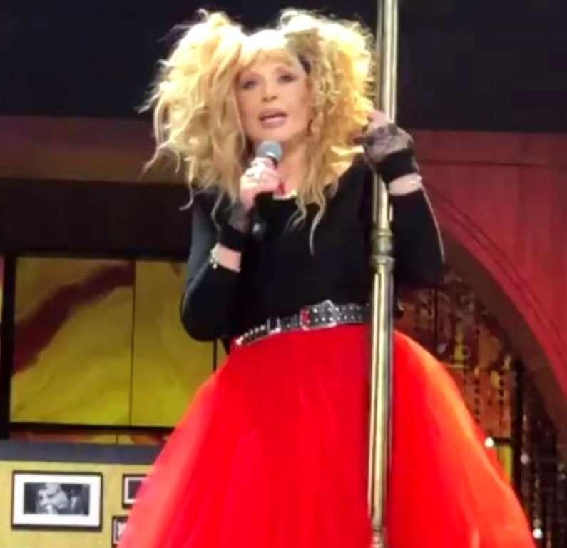 Красная юбка, кеды и два хвоста: 70-летняя Алла Пугачева зажгла на юбилейном концерте