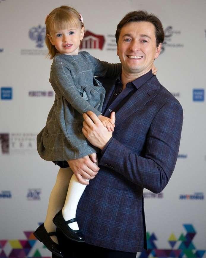 Сергей Безруков показал милое видео своих детей на прогулке
