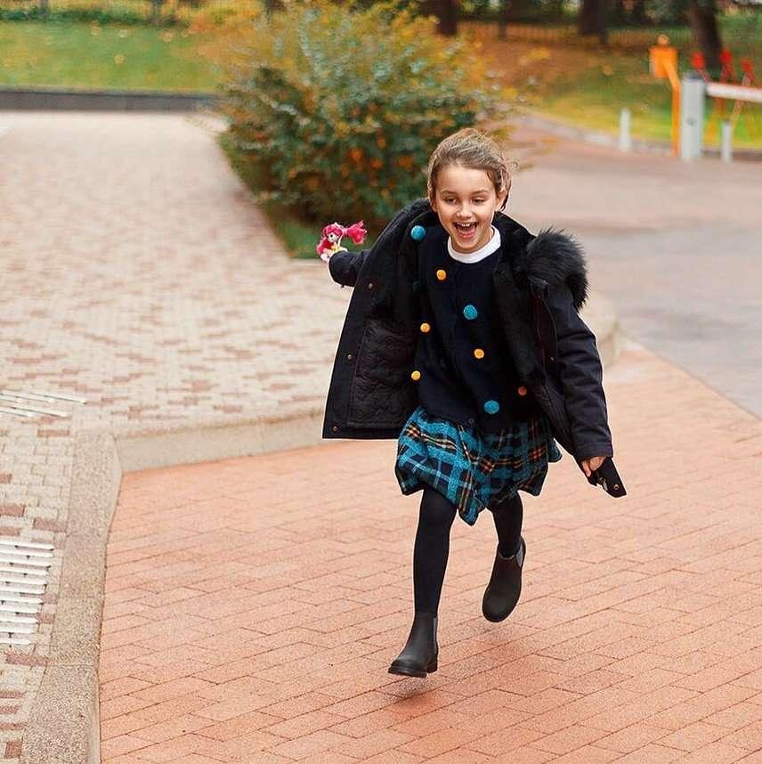 «В обуви на скамейке»: Баста поделился новыми фотографиями дочерей