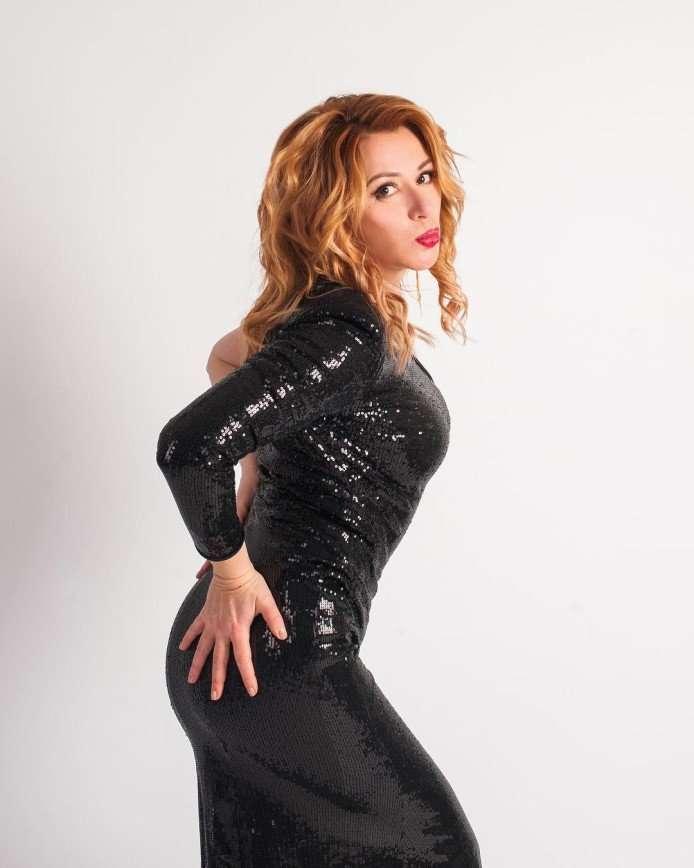 «Грудь, как у девочки»: 53-летняя Алена Апина показала пикантное фото