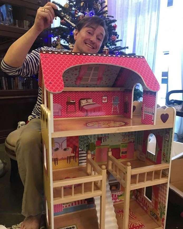 Сергей Безруков провел первый день года за сборкой детского домика для кукол