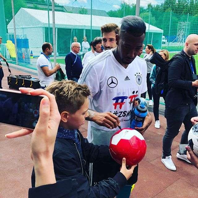 Мужу и сыну Полины Гагариной достался мяч с автографами сборной Германии