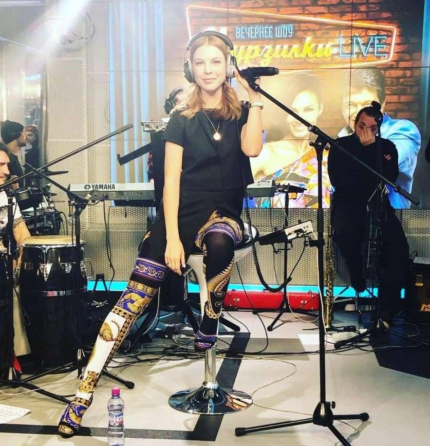 Наталья Подольская продемонстрировала интересное сочетание босоножек с колготками