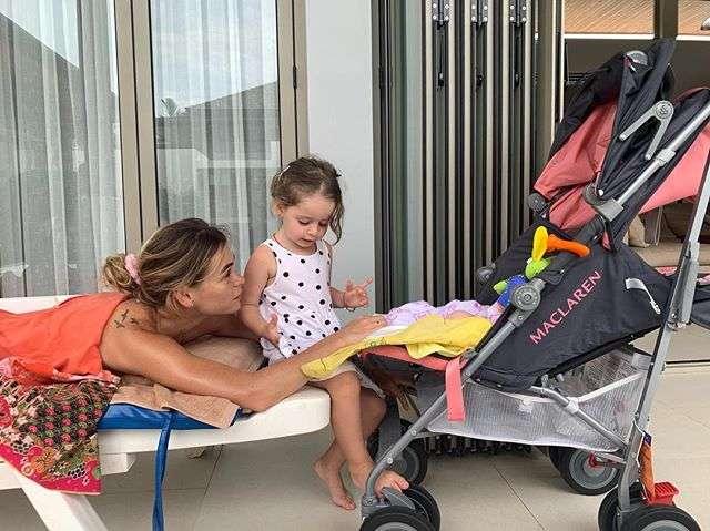 Анна Хилькевич даже во время массажа не расстается с детьми