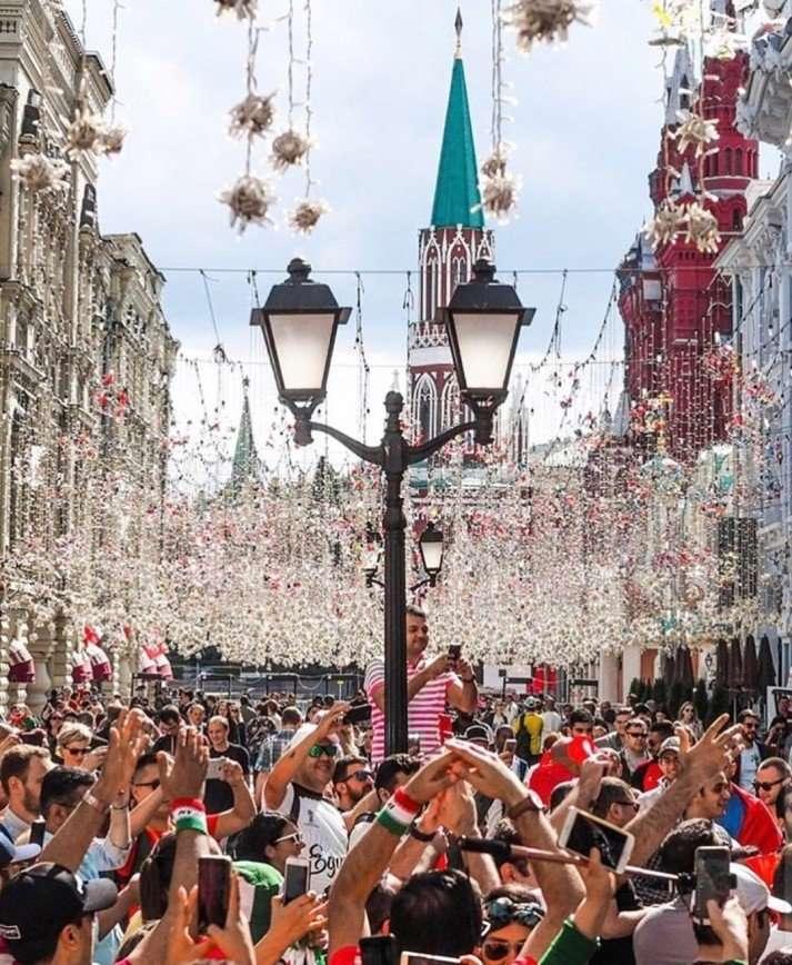 Иностранные болельщики разобрали лампочки с Никольской улицы на память о ЧМ-2018